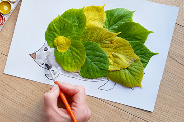 Druckbare Bastelvorlage für Igel im Blättern