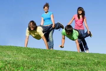 Lustiges Gruppenspiel für draußen: Schubkarrenrennen