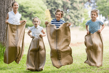 Bewegungsspiel für Kinder — Sackhüpfen