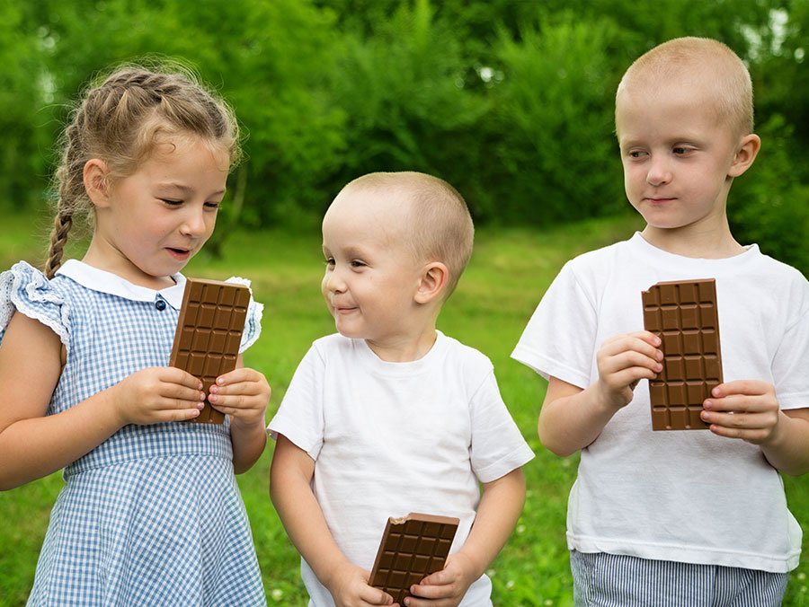 Schokoladen-Wettessen: lustiges Spiel für Kinderparty