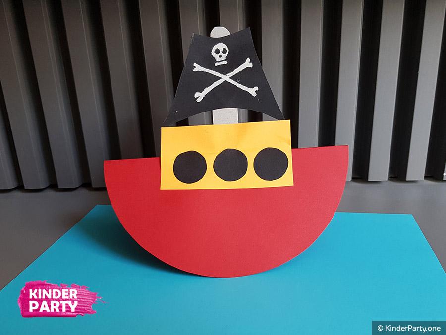 Selbstgebastelte Schiff für Piratengeburtstag